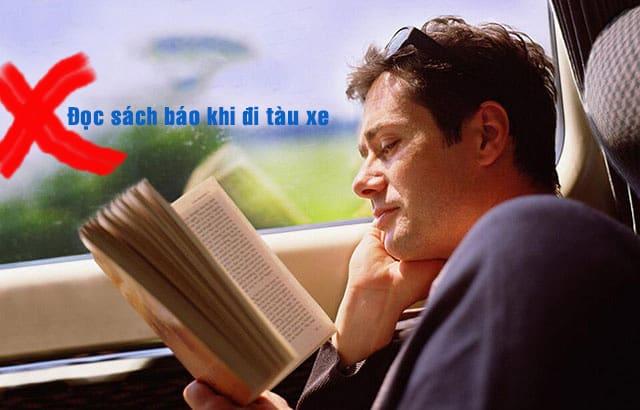 tránh đọc sách khi đi tàu xe